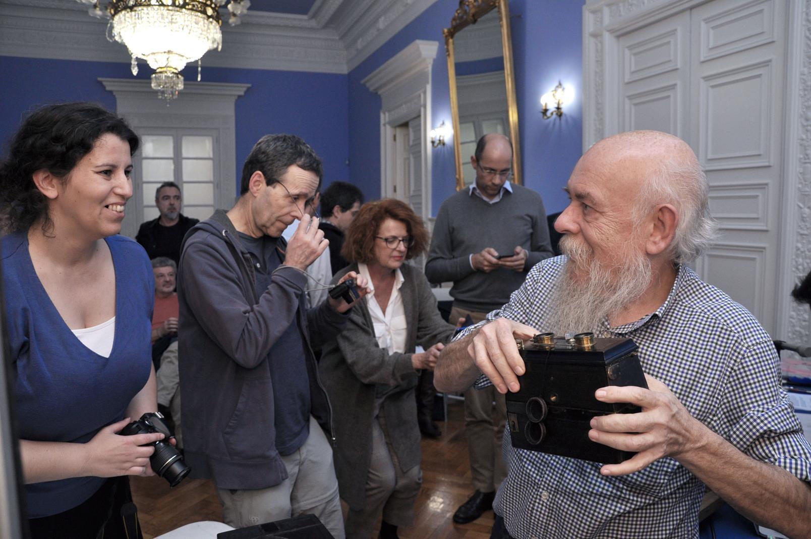 Paco Boisset mostrando algunas cámaras de la colección. 23/101/19