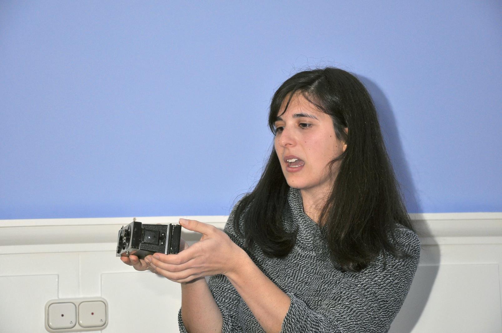 Sara Brancato mostrando una cámara de la colección Boisset-Ibáñez.